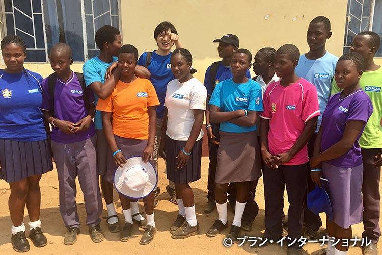 写真:ジンバブエのプロジェクト参加者たちと曽我職員(左から5番目)