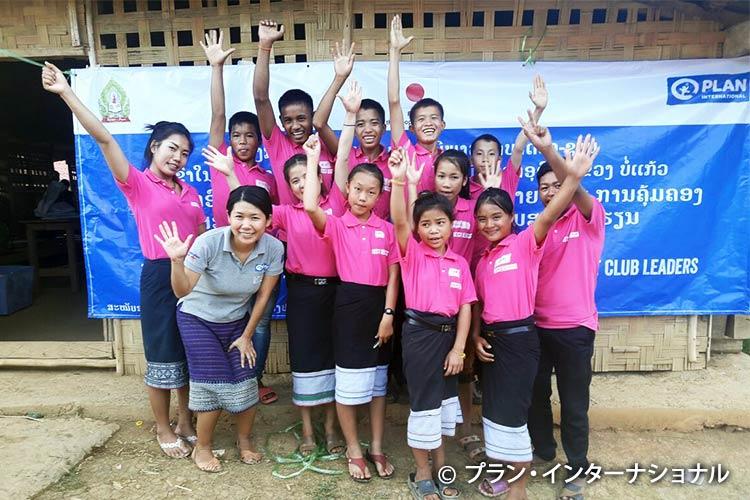 写真:長島職員とプロジェクトの活動をする子どもたち